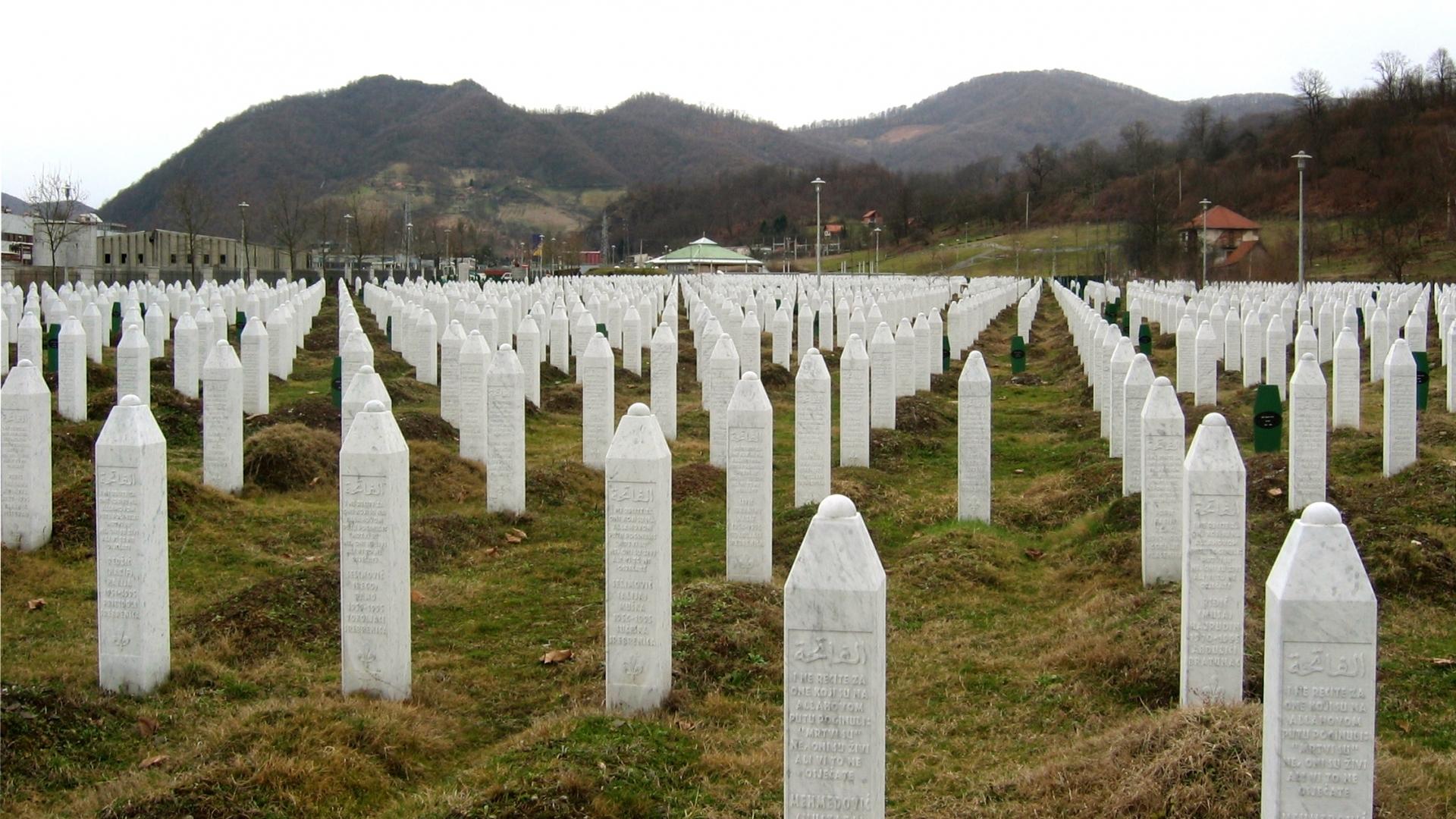 Srebrenica_massacre_memorial_gravestones_2009_1-e1426258582102