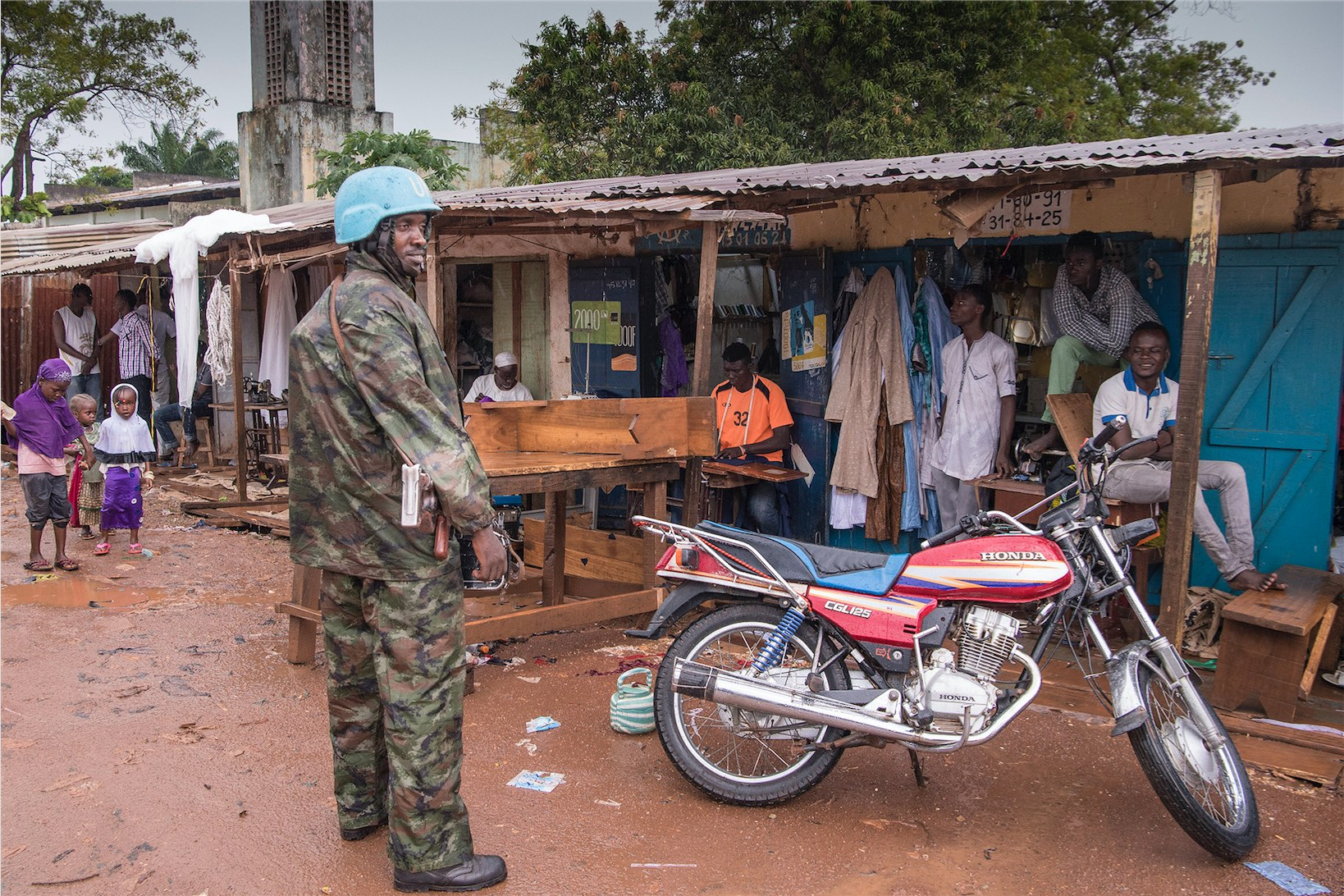 Military and police peacekeepers serving with the UN Multidimensional Integrated Stabilization Mission in the Central African Republic (MINUSCA) patrol the Muslim enclave of PK5 in Bangui. Credit: UN Photo/Eskinder Debebe 22 October 2017 Bangui, Central African Republic License: CC BY-NC-ND 2.0